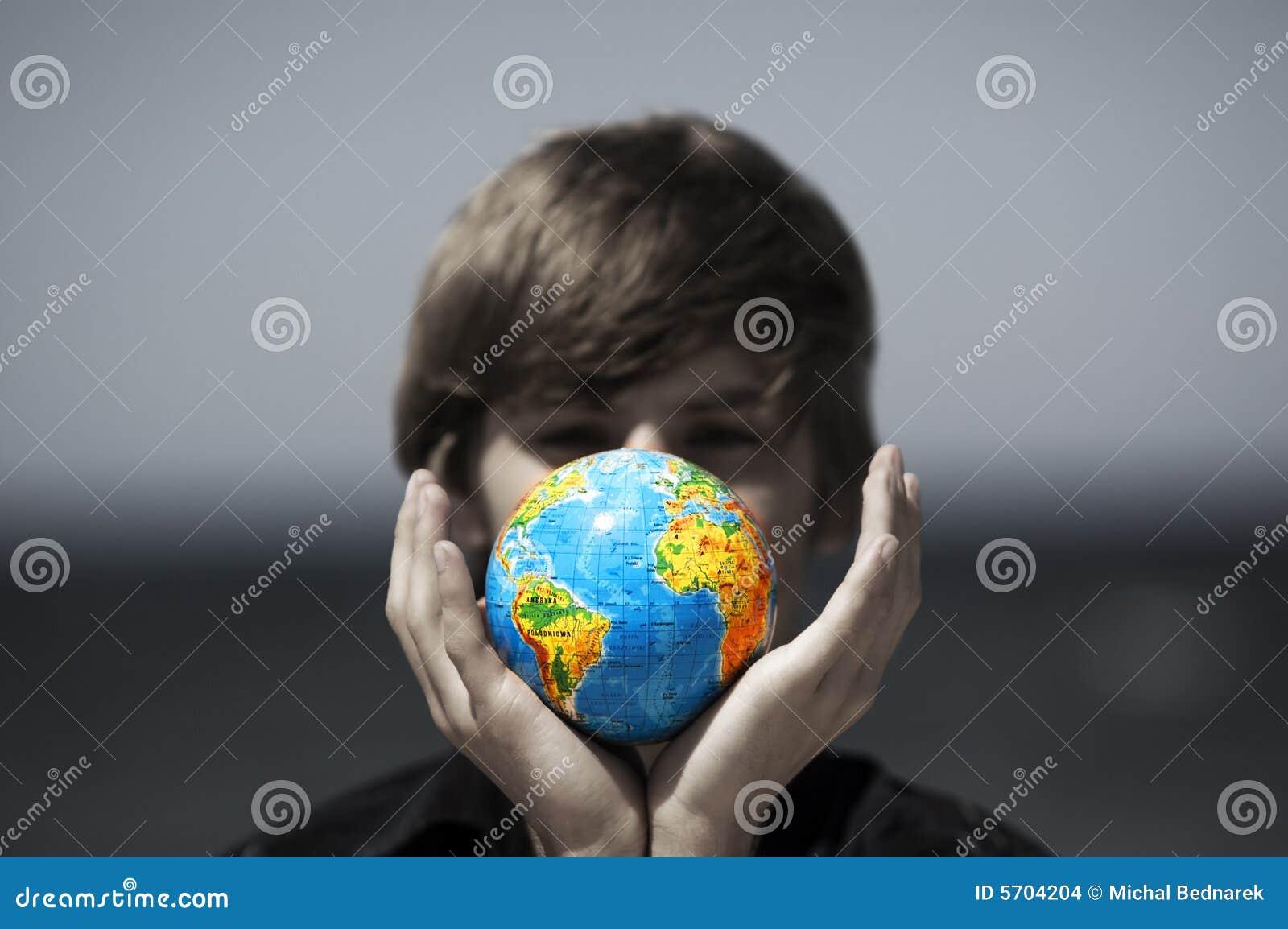 Erdekugel in den Händen. Begriffsbild