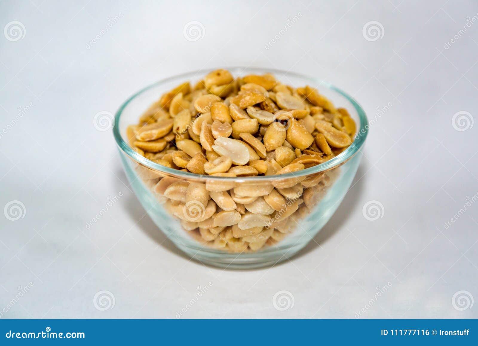 Erdnüsse in einer Glasschüssel