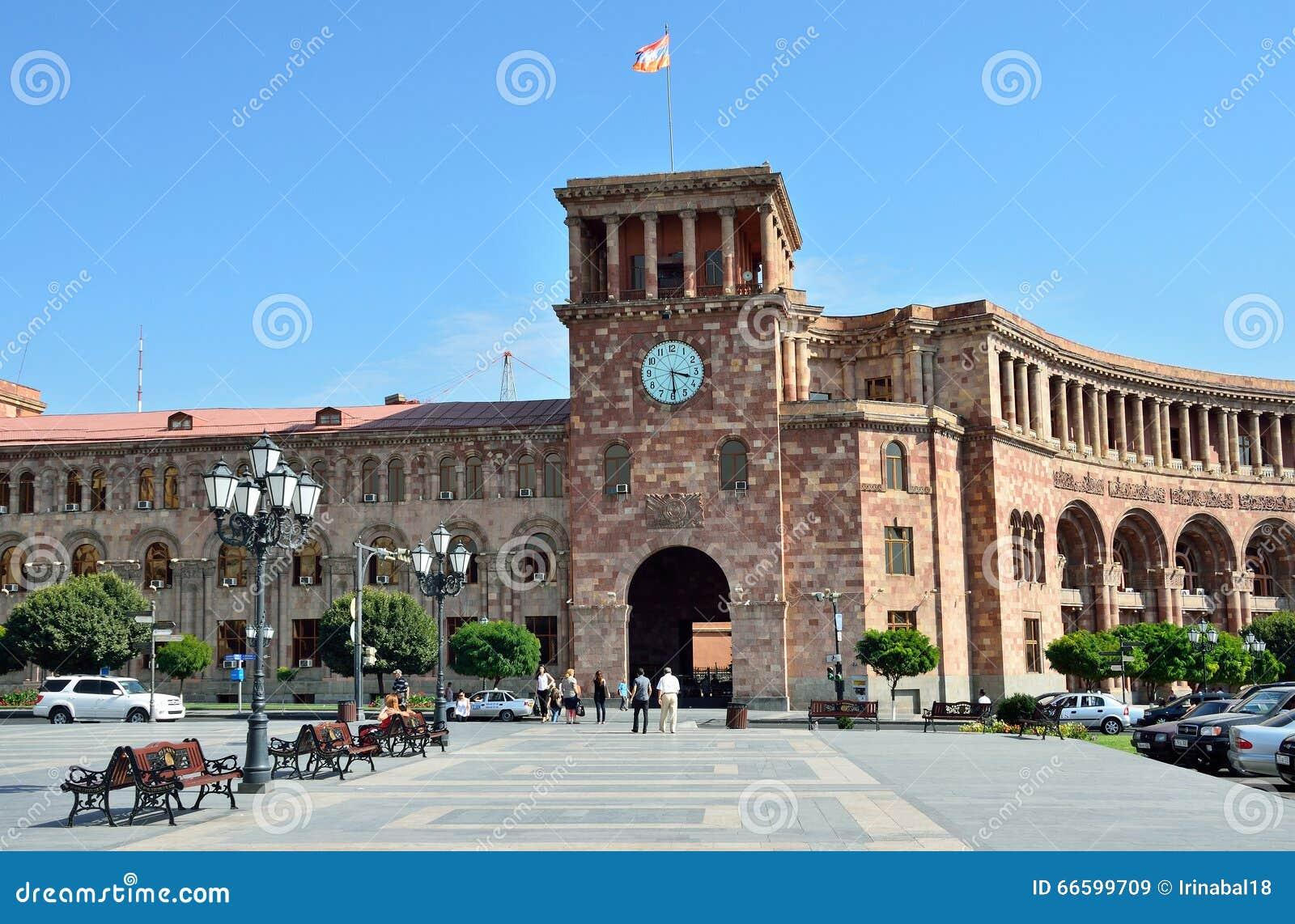 Erevan, Армения, 06,2014 -го сентябрь, сцена Армении: Люди идя около здания правительства на республике придают квадратную форму