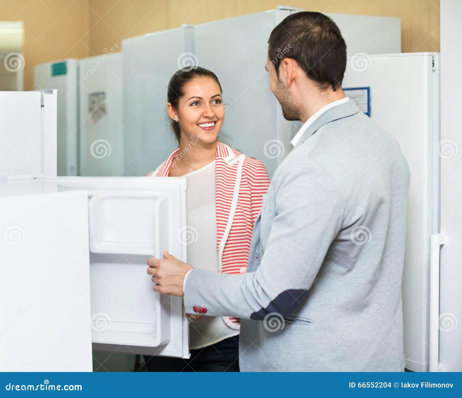 Erfüllte Schöne Paare, Die Große Kühlschränke Betrachten Stockfoto ...