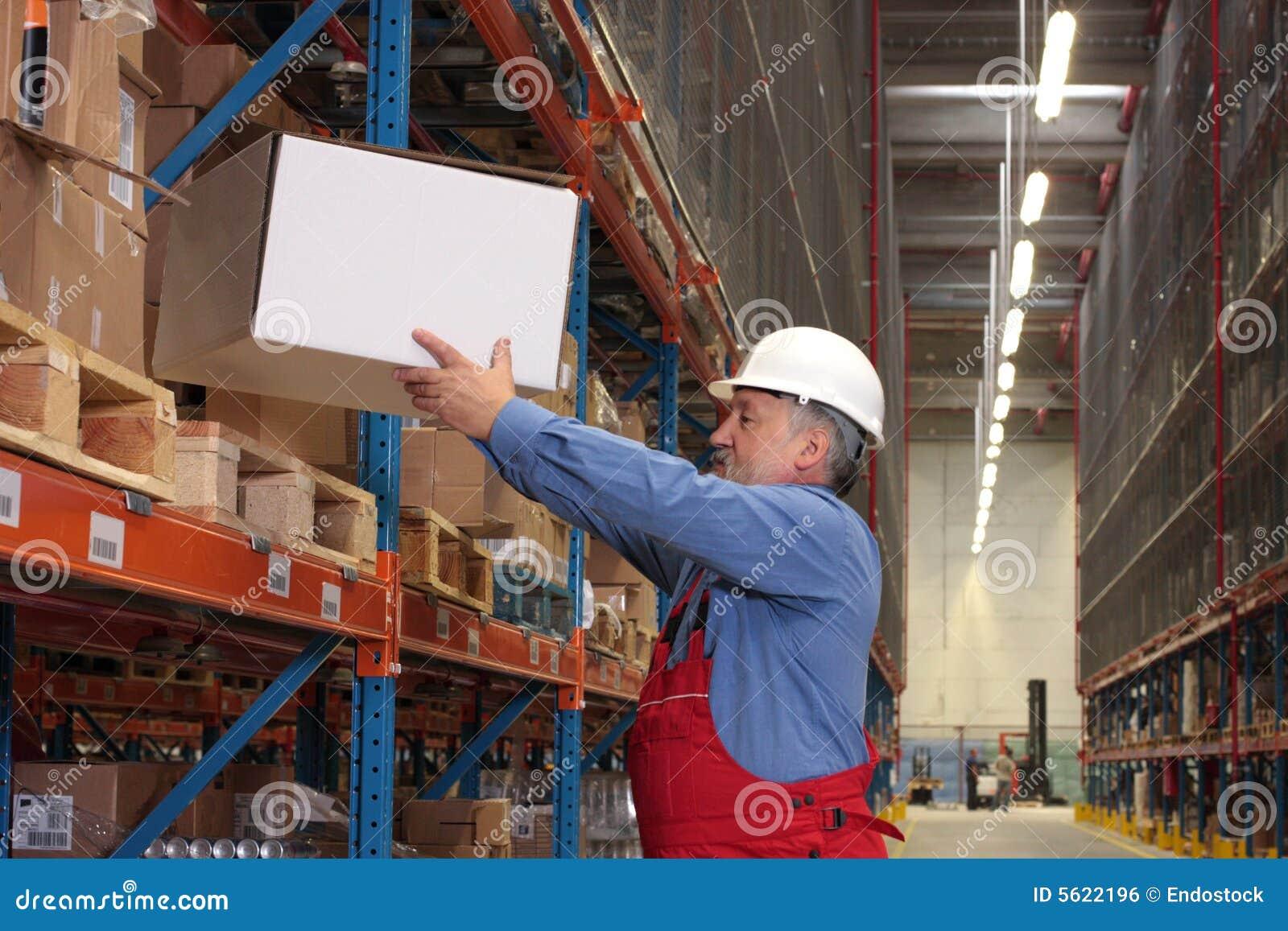 Erfahrene Arbeitskraft mit Kasten