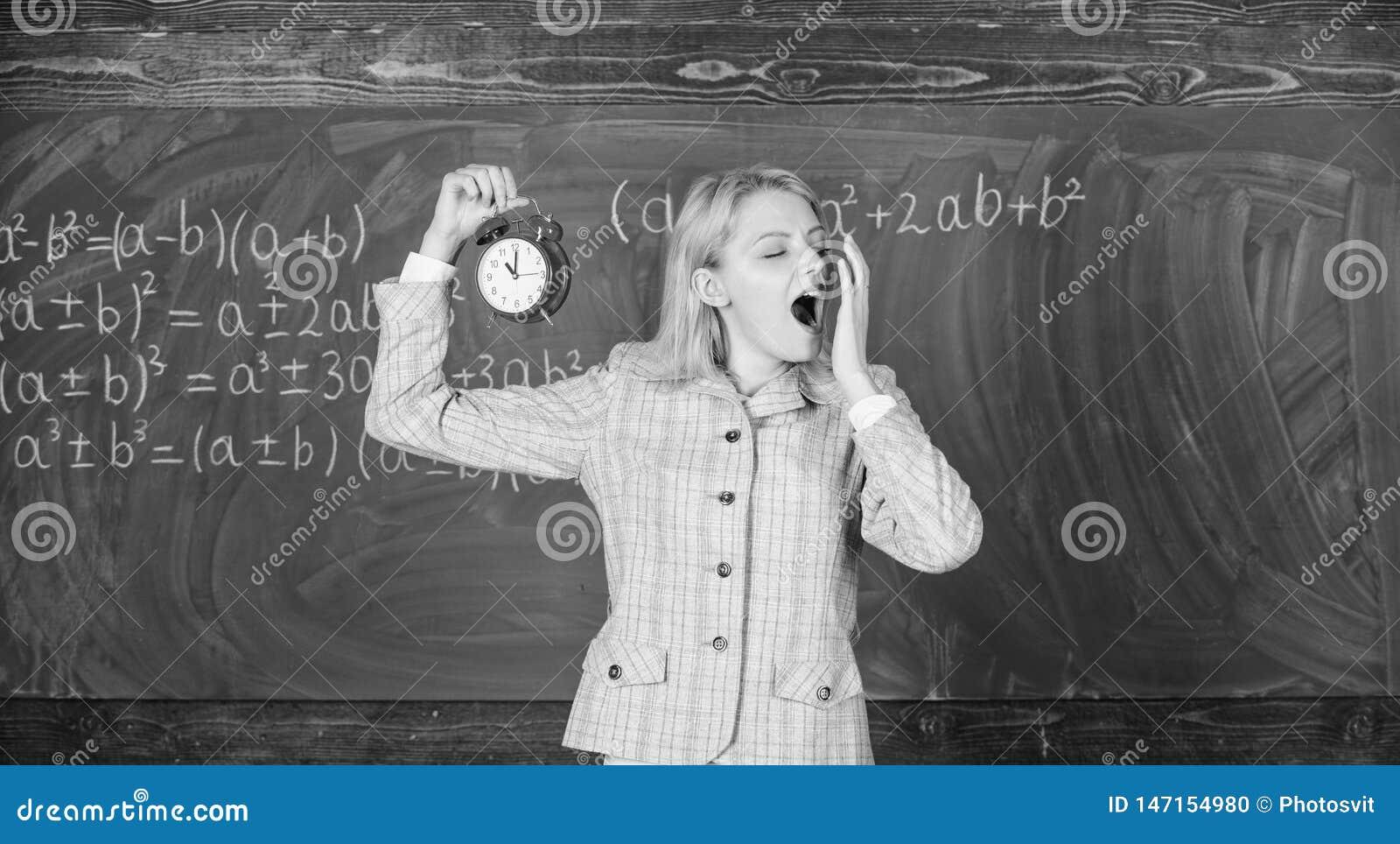 Erfahrene Erzieheranfangslektion Sie interessiert sich f?r Disziplin Lehreringriffwecker Schule der M?dchenformellen kleidung