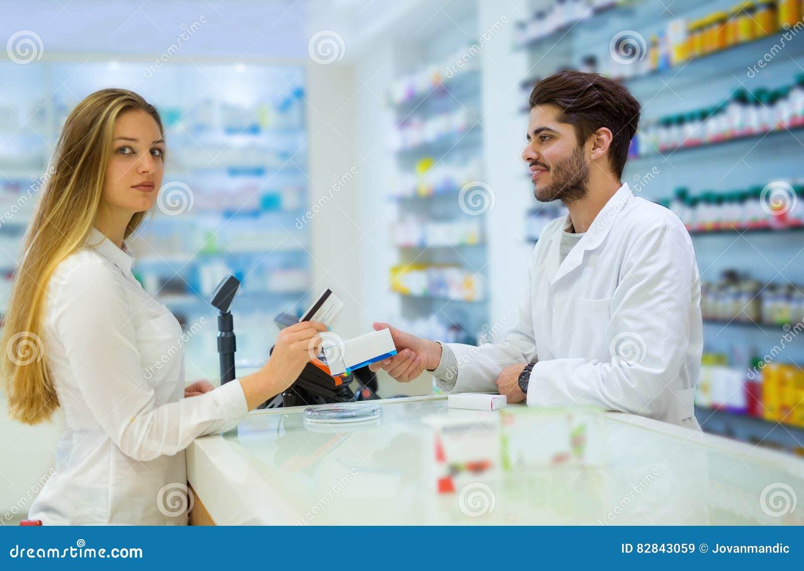 Erfahrener Apotheker, der weiblichen Kunden berät