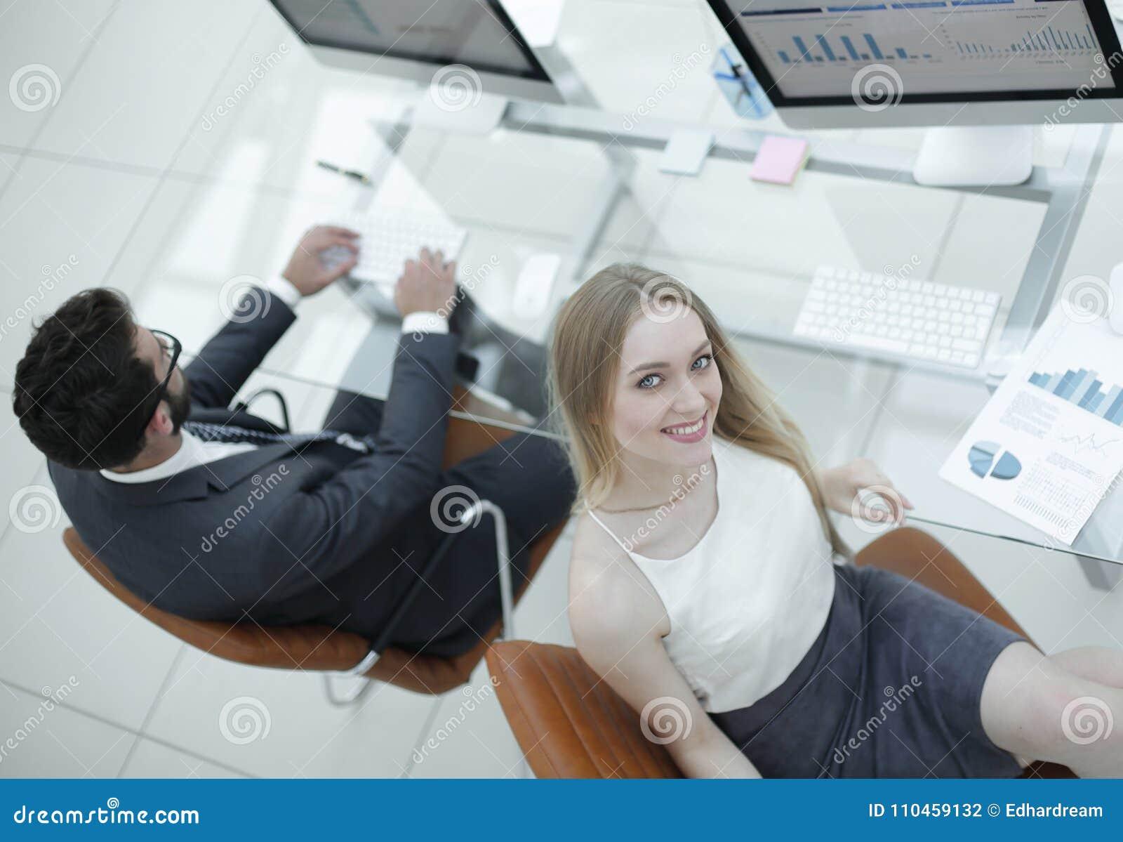 Erfarna anställda av företaget som arbetar med finansiella dokument
