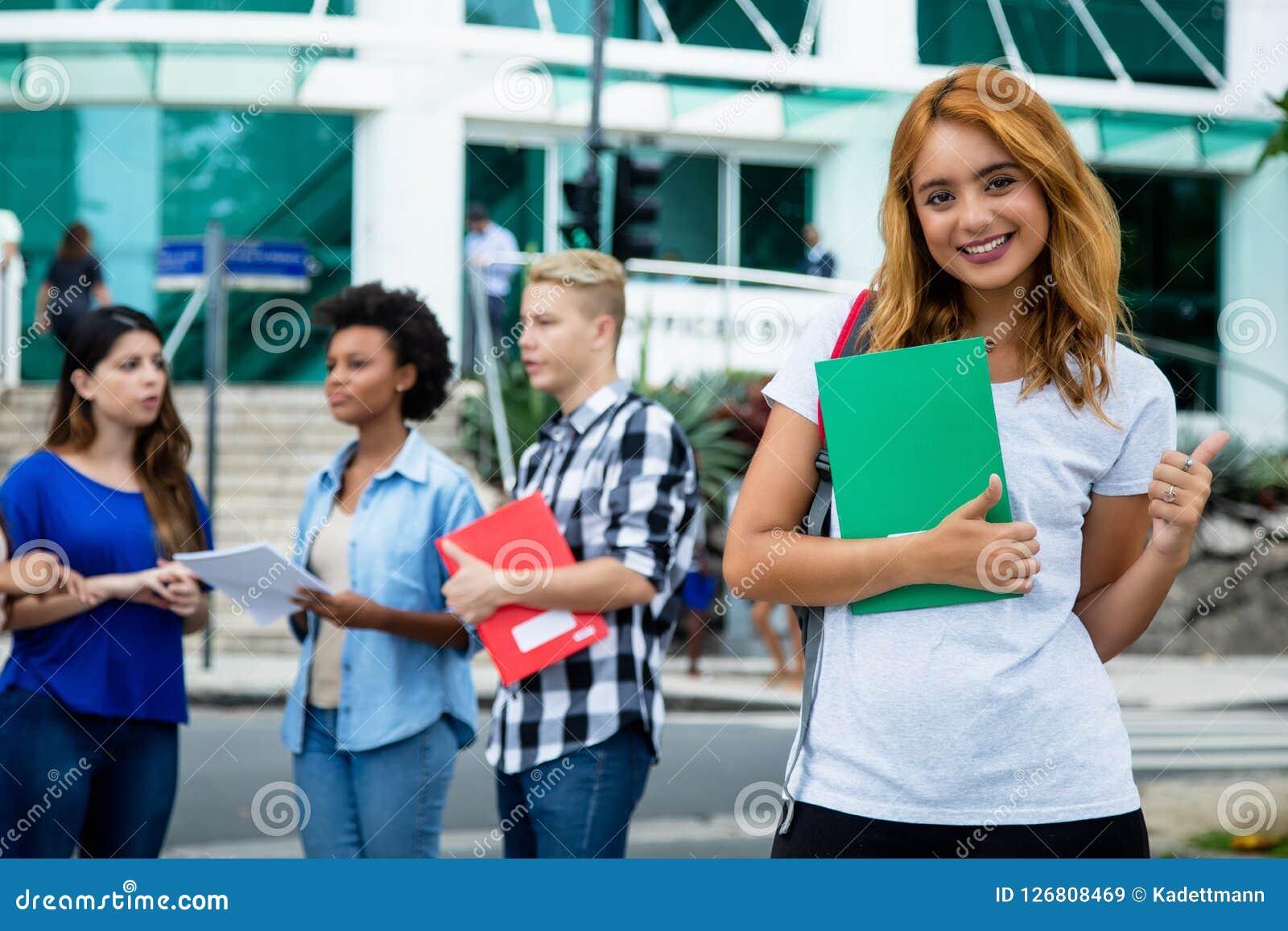 Erfolgreiche amerikanische Studentin mit Gruppe internationalen p