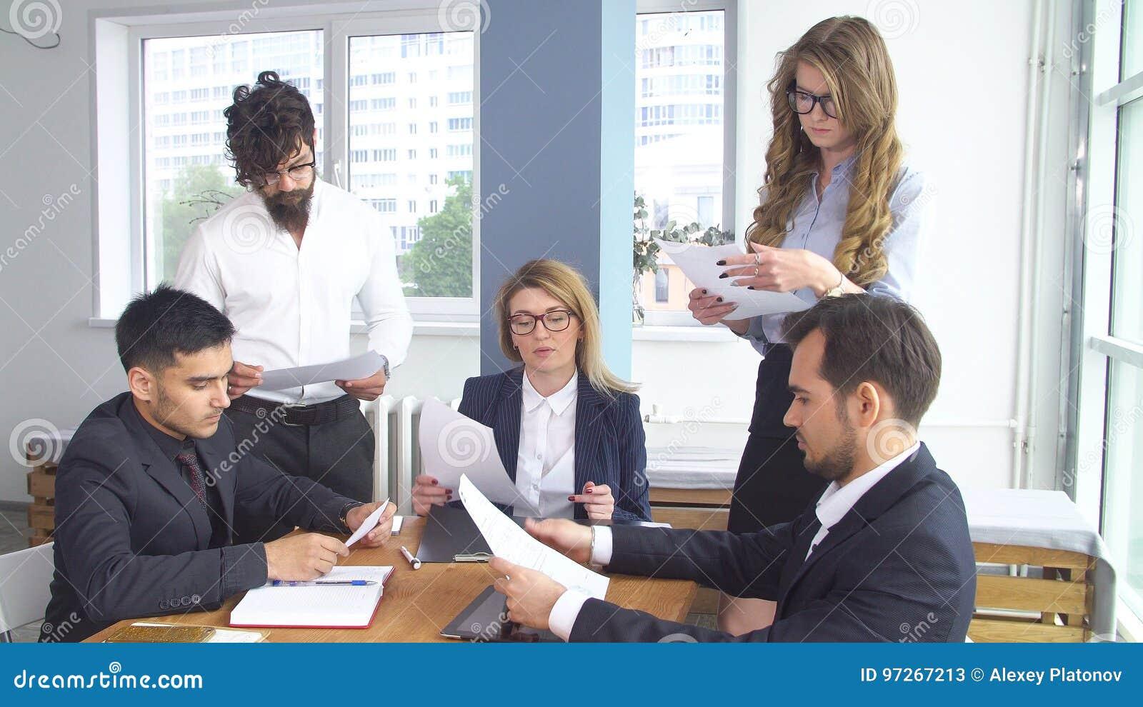 Erfolgreicher Geschaftsmann Bei Einer Sitzung Im Buro Kollegen