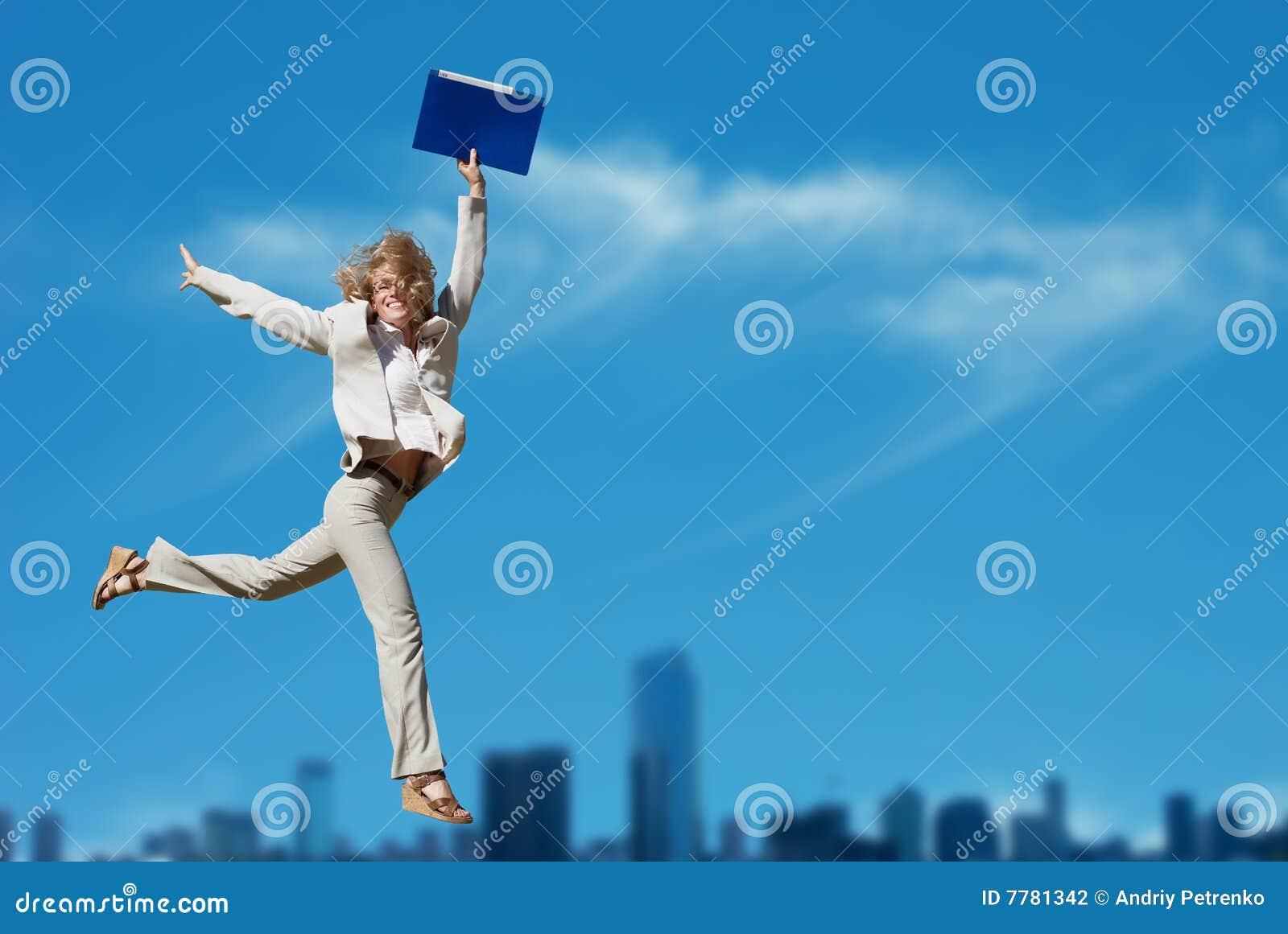Erfolgreiches Geschäftsfrau-Holdingdokumentenfaltblatt