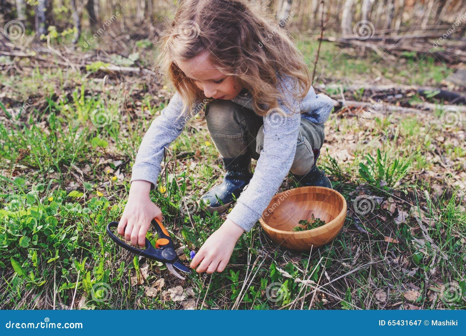 Erforschungsnatur des Kindermädchens im Vorfrühlingswald scherzt das Lernen, Natur zu lieben Unterrichtende Kinder über das Jahre
