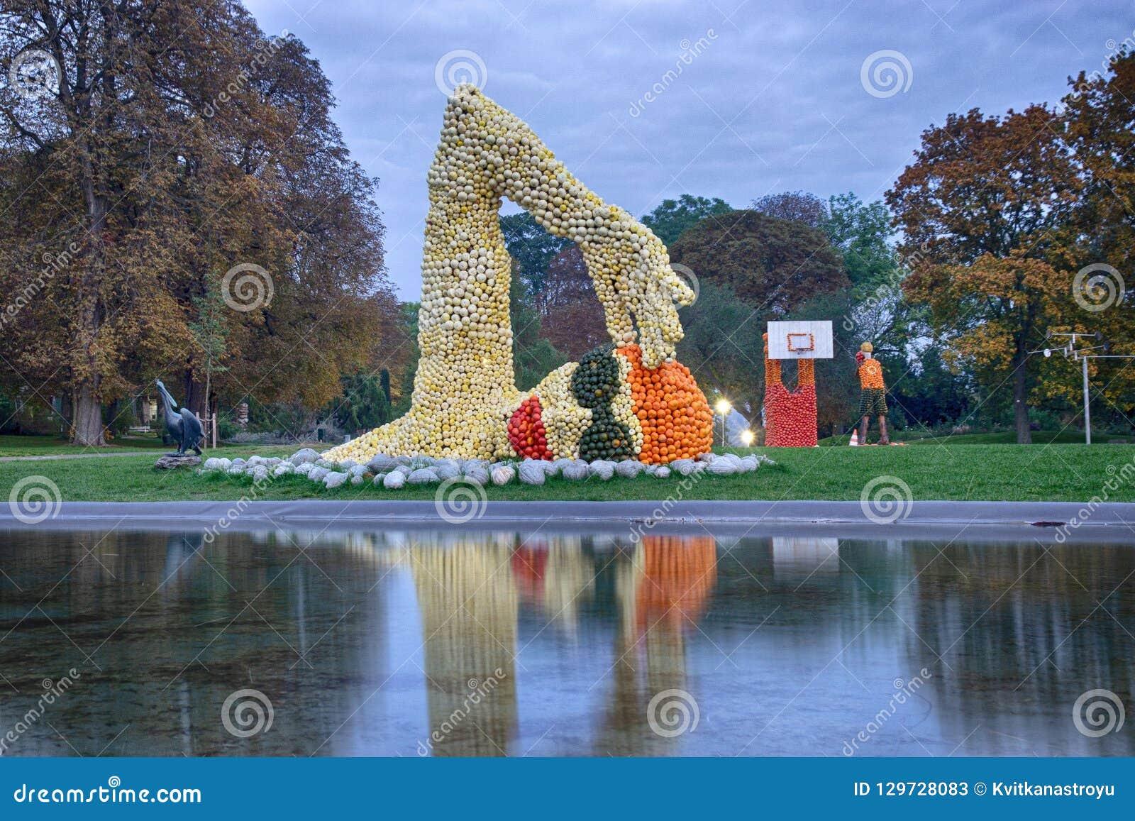 Erfurt, Germania 14 ottobre 2016 Le figure del nuotatore e del basketballer hanno fatto delle zucche