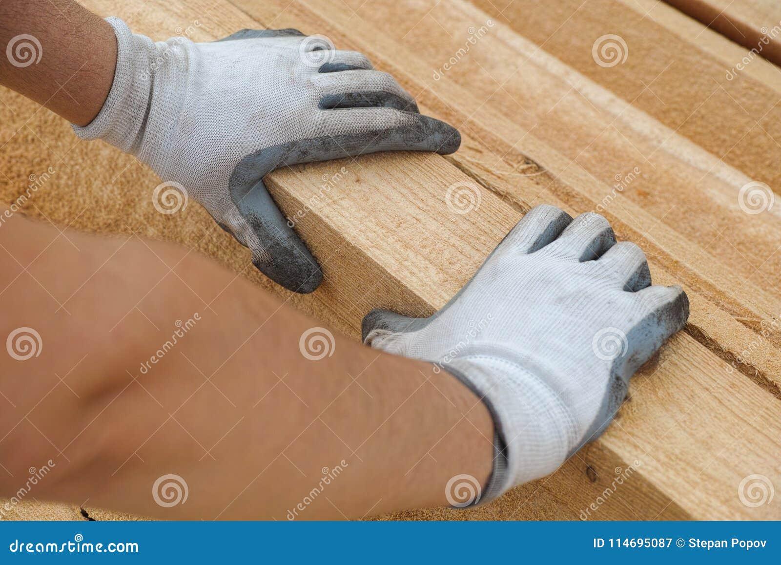 Ergreifungsplanke des Bauarbeiters des Holzes