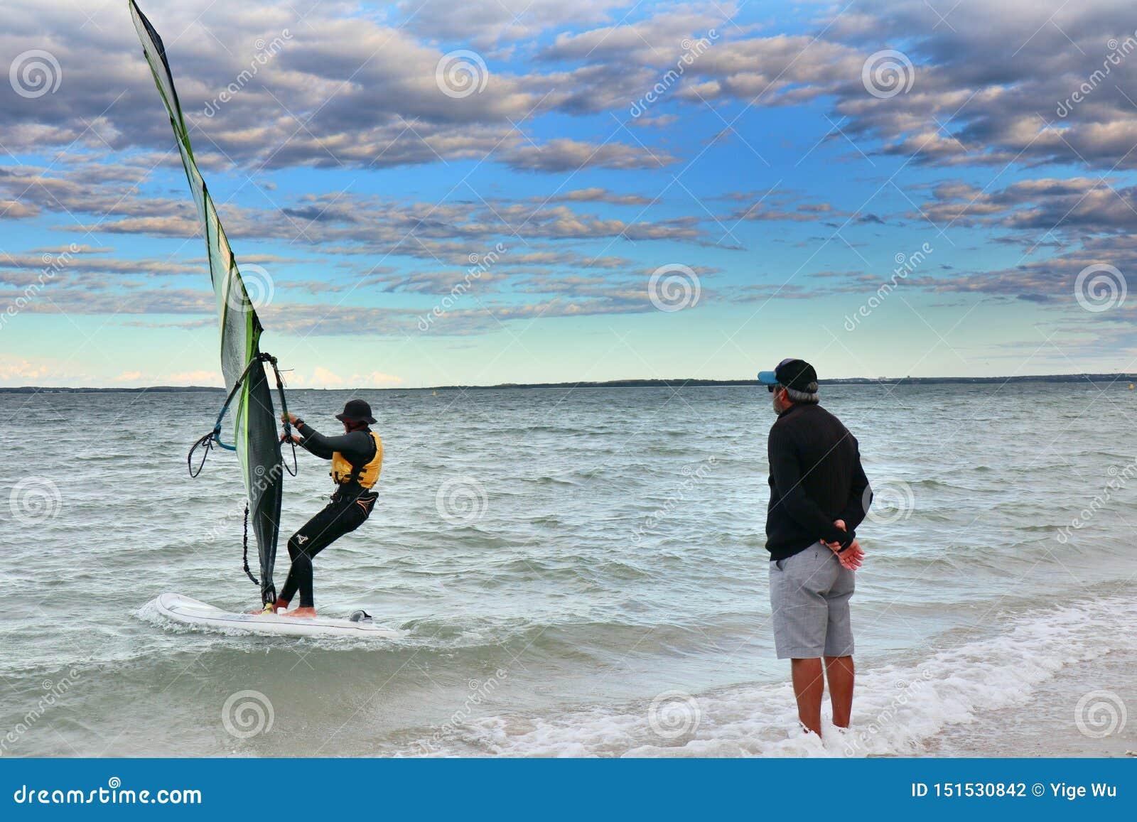 Erhellen Sie Le Sands Strand-D, den Sportsegler ausbilden