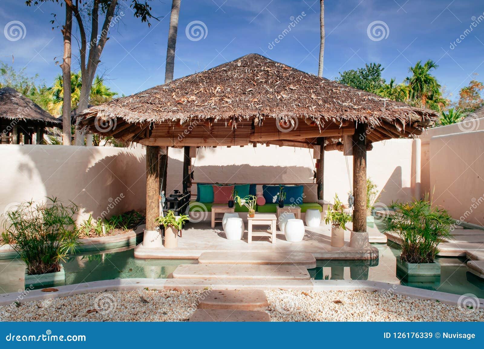 Erholungsort-Strohdachpavillon der Ferien tropischer im Garten mit c