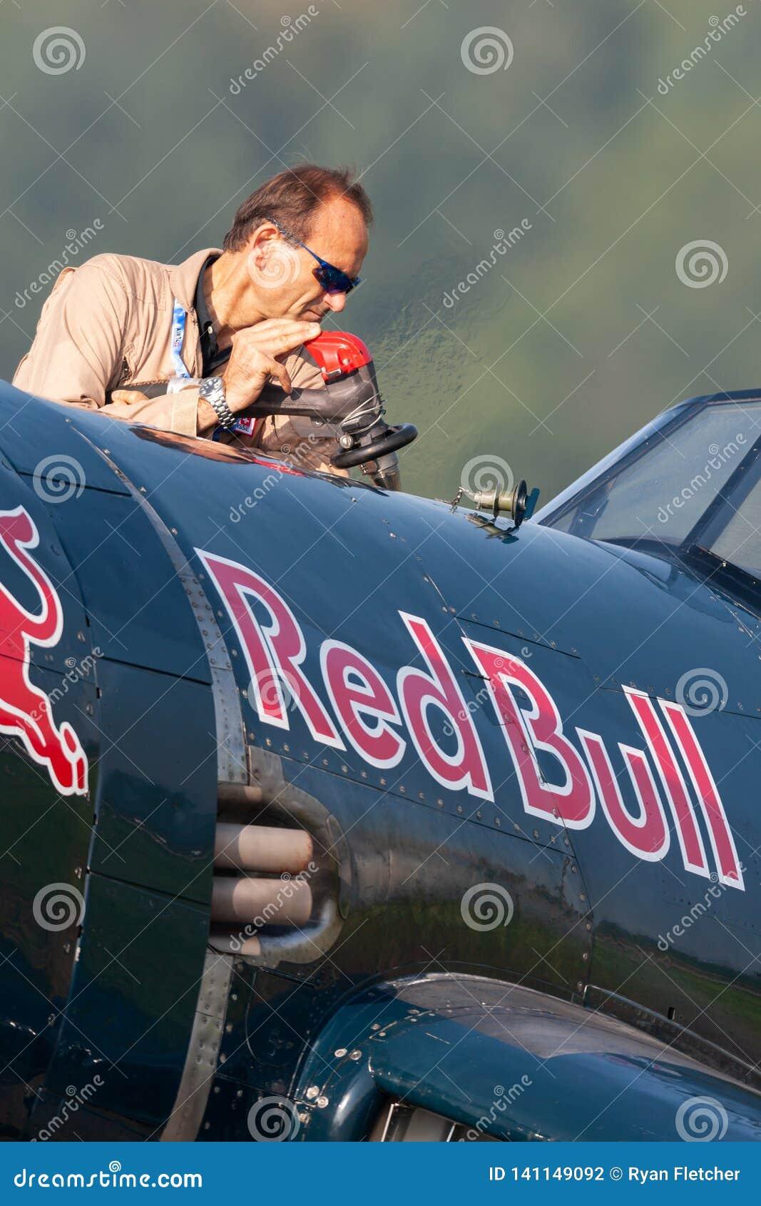 Eric Goujon rifornisce di carburante gli aerei del corsaro di Vought F4U-4 dalla raccolta volante dei tori
