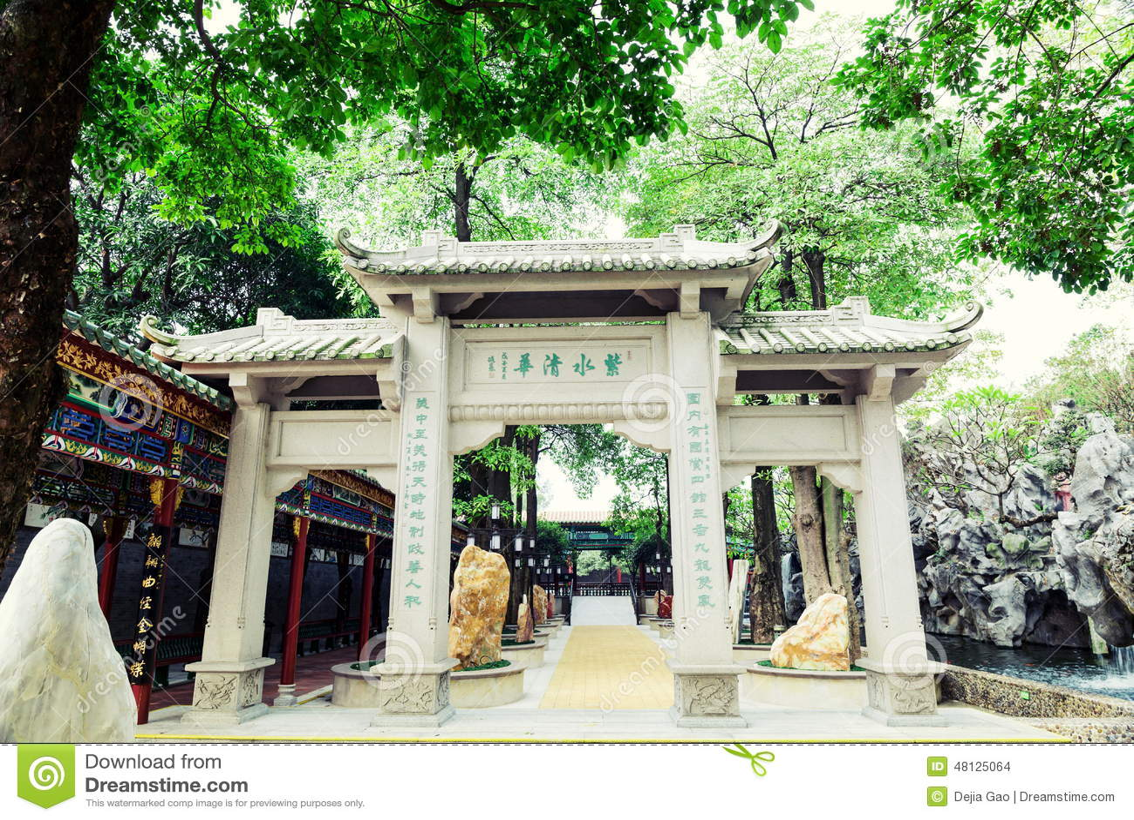 Erinnerungstorbogen des traditionellen Chinesen im alten chinesischen Garten, nach Osten asiatische klassische Architektur in Chi