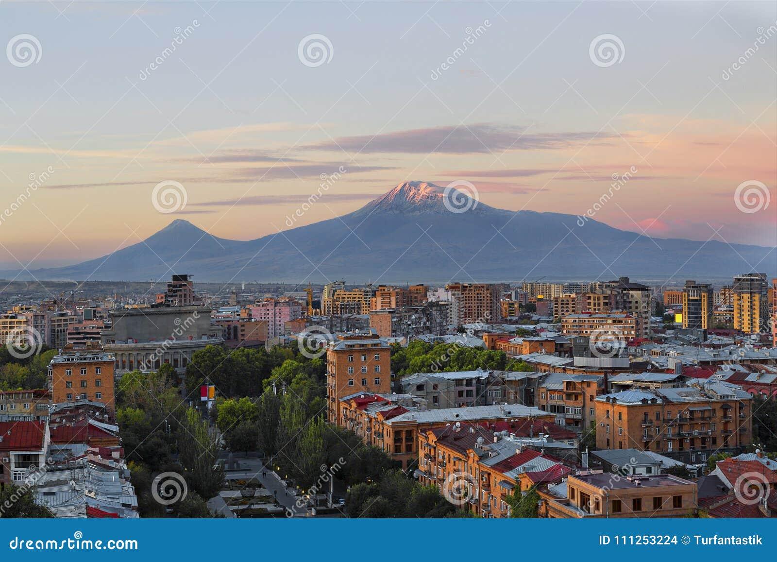Eriwan, Hauptstadt von Armenien bei dem Sonnenaufgang mit den zwei Spitzen des Ararats auf dem Hintergrund