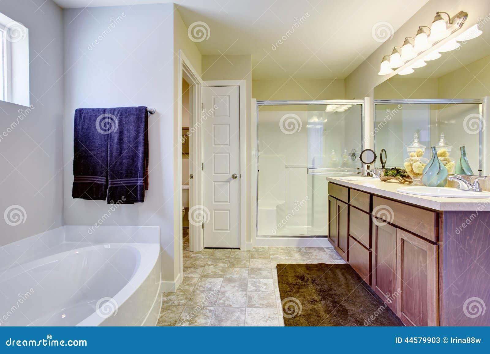 Erneuerndes Weißes Badezimmer Mit Glastür Und Badewanne Stockbild ...