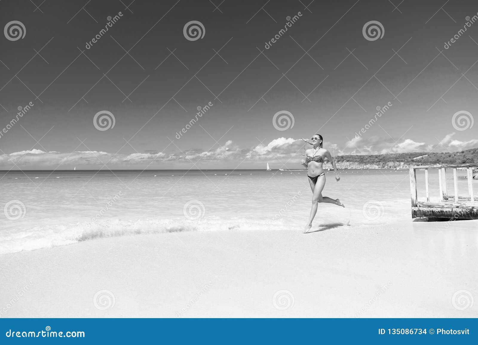 Erneuert und froh Azurblauer Ozeanstrand der Mädchenbikinilaufwelle Tropisches Ozeanluxusstrandurlaubsort der Ferien Sexy Körper