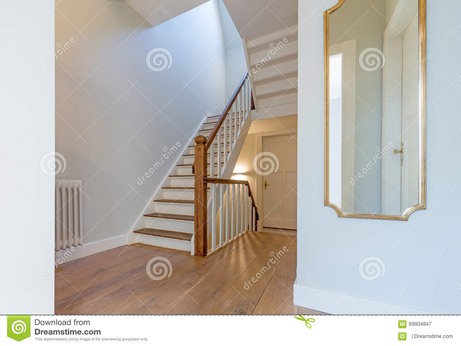 Erneuertes Schones Treppenhaus Mit Spiegel Stockbild Bild Von