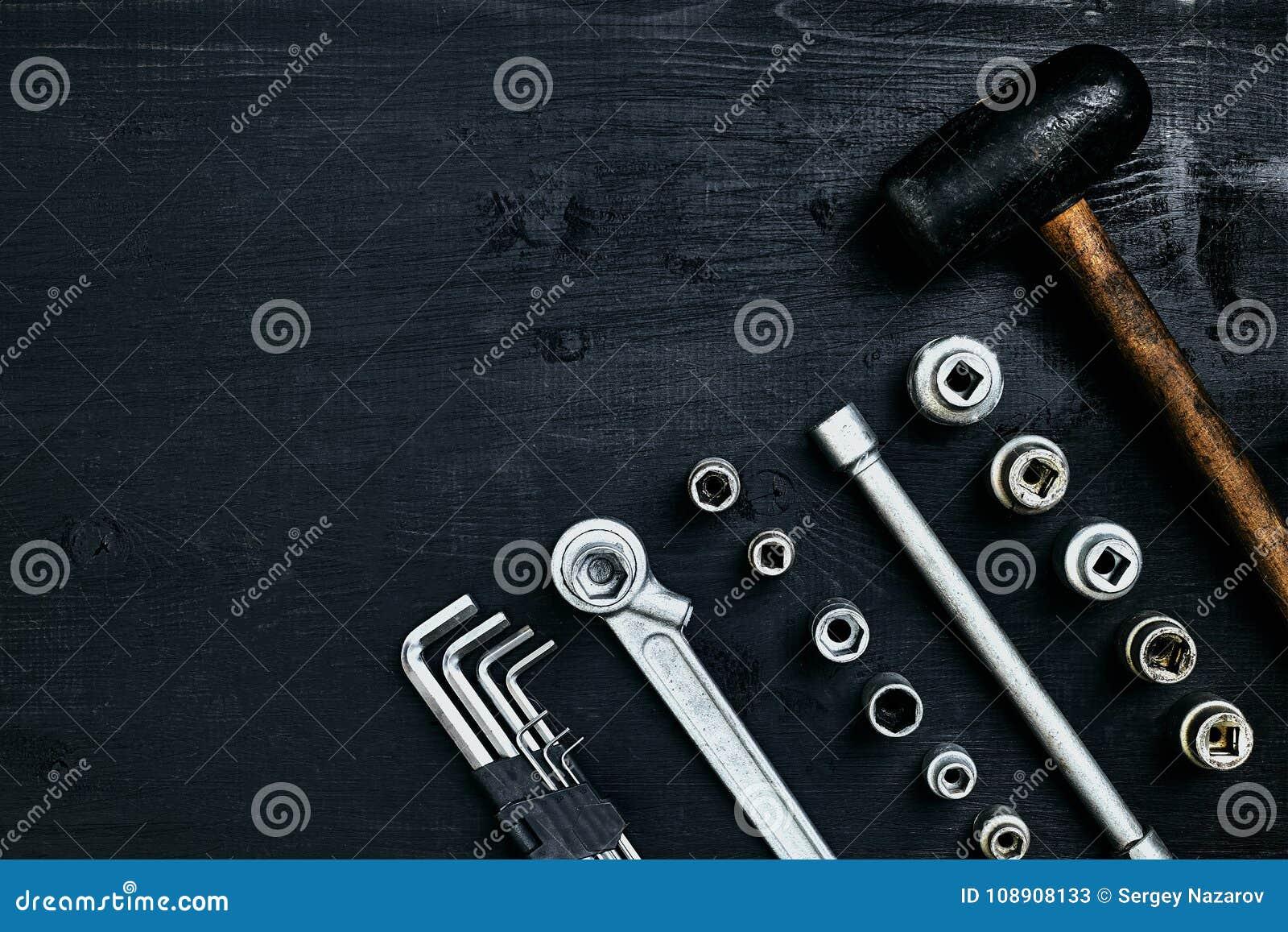Erneuerung eines Autos Ein Satz der Reparatur bearbeitet Hexenschlüssel, einen Hammer und einen Schraubenzieher auf einem schwarz