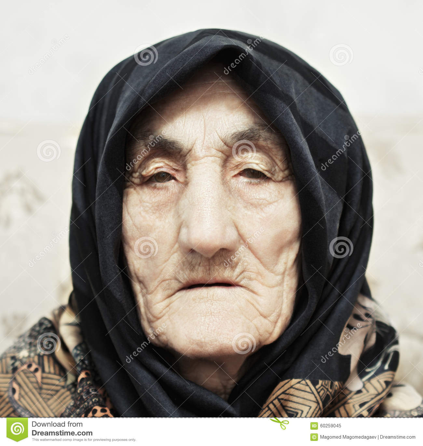 Ernste ältere Frau
