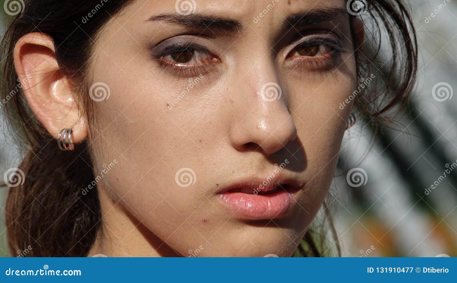 Ernste jugendliche Latina-Frau