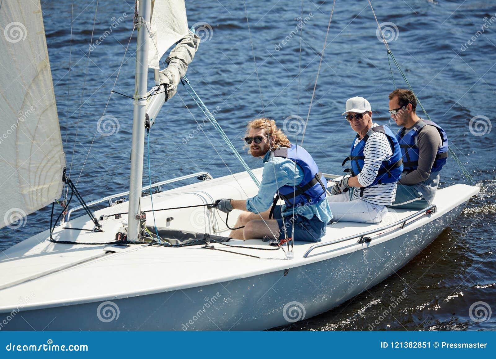 Ernste Männer, die am Wochenende segeln