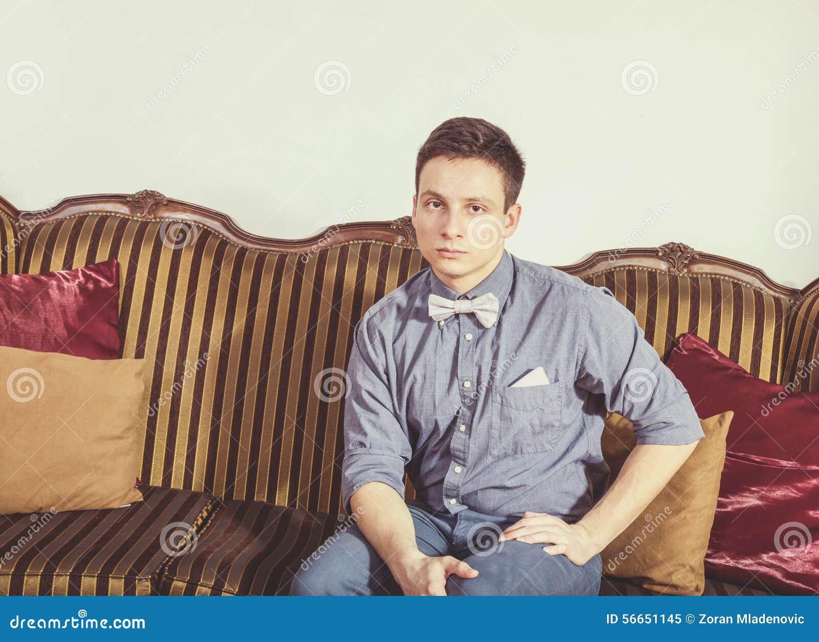 Ernste Person in der Scheiße und Fliege, die auf einer alten Retro- Klasse stillsteht