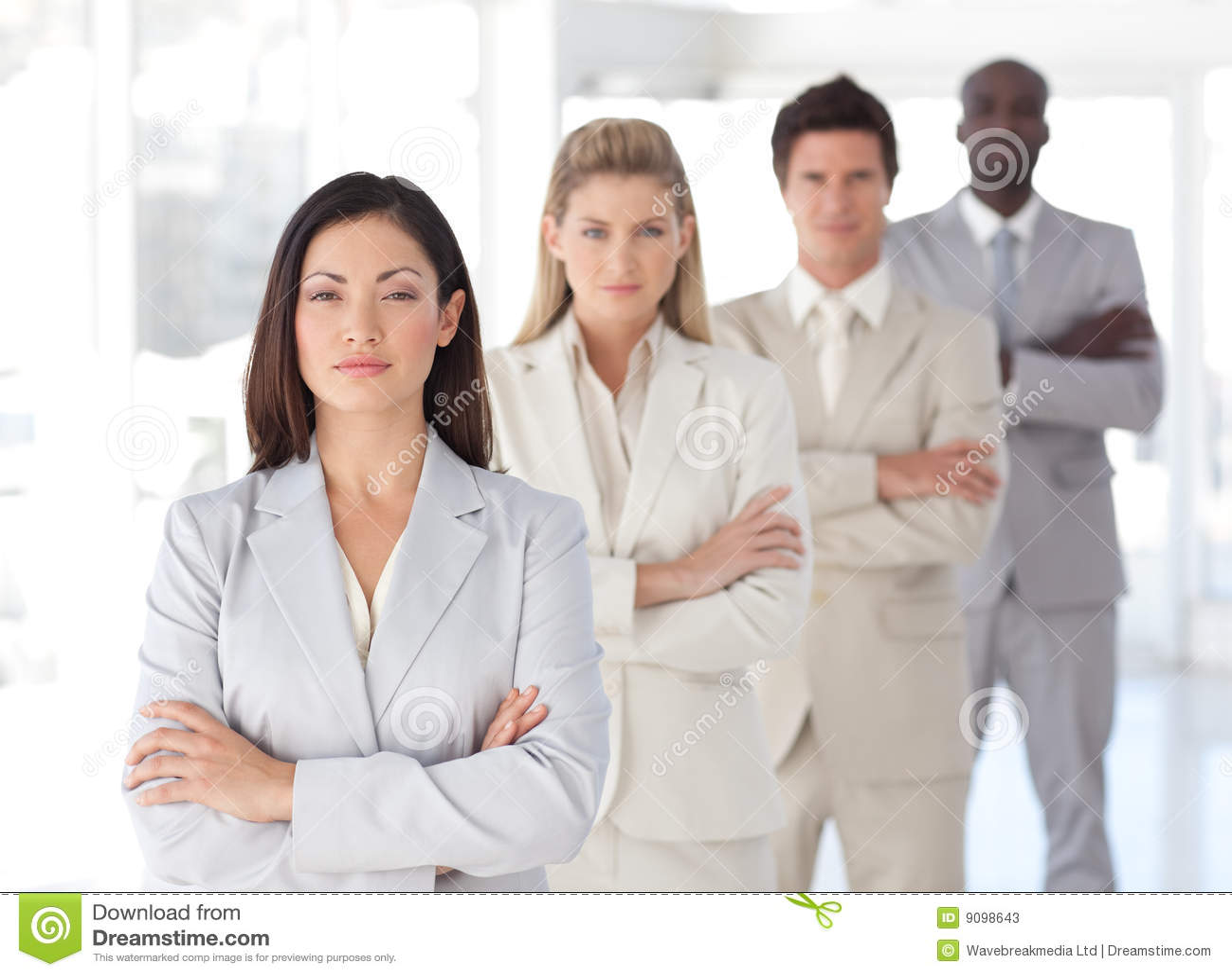 Ernster führender Vertreter der Wirtschaft vor Team