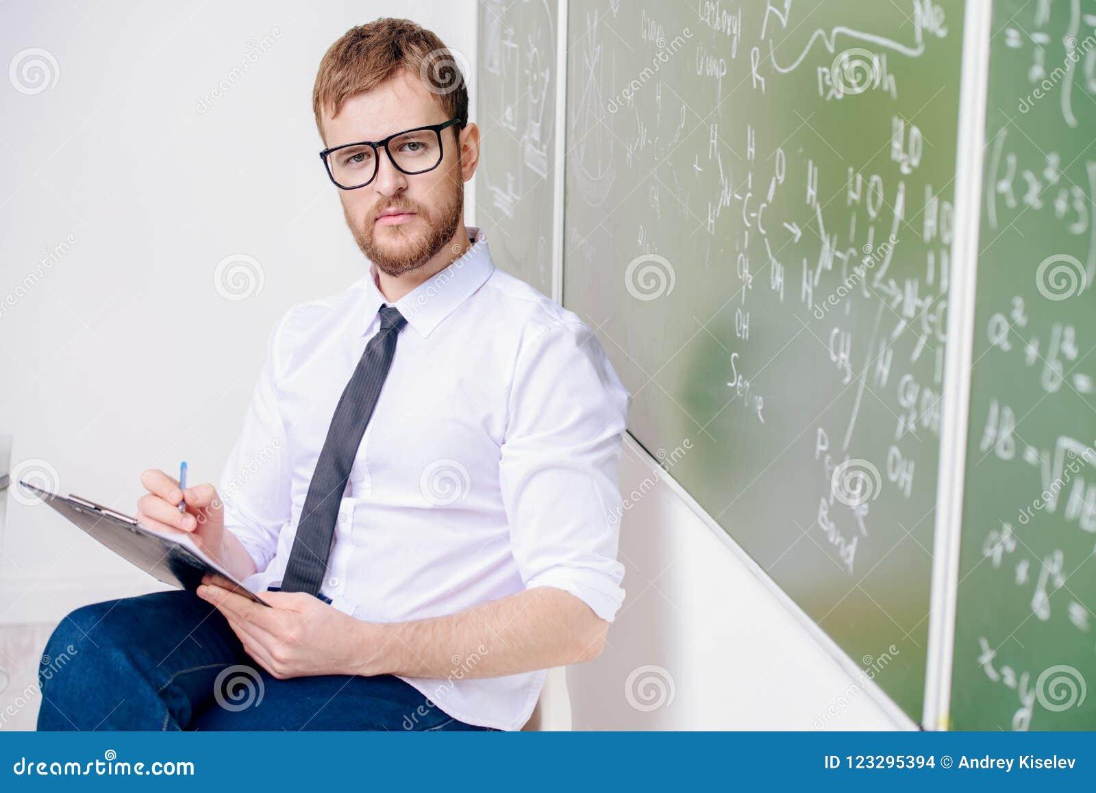 Ernster intelligenter Lehrer