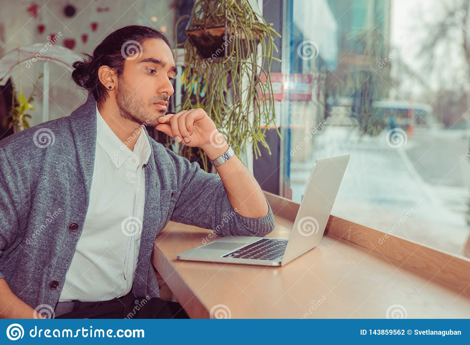 Ernster Mann, der Computer betrachtet