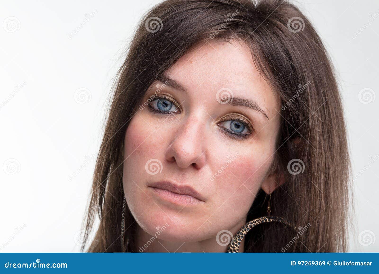 Ernstig blauw de close-upportret van de ogenvrouw