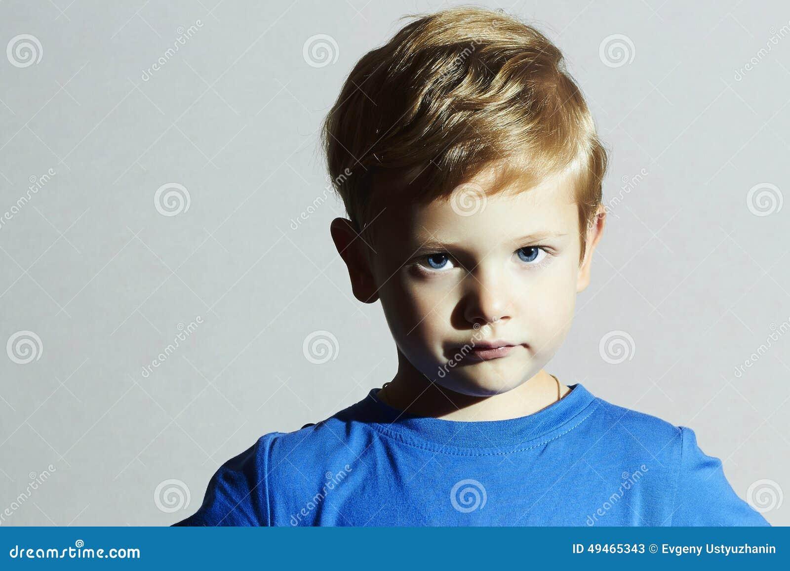 Ernstig kind grappig kind Little Boy met Blauwe Ogen Kinderenemotie