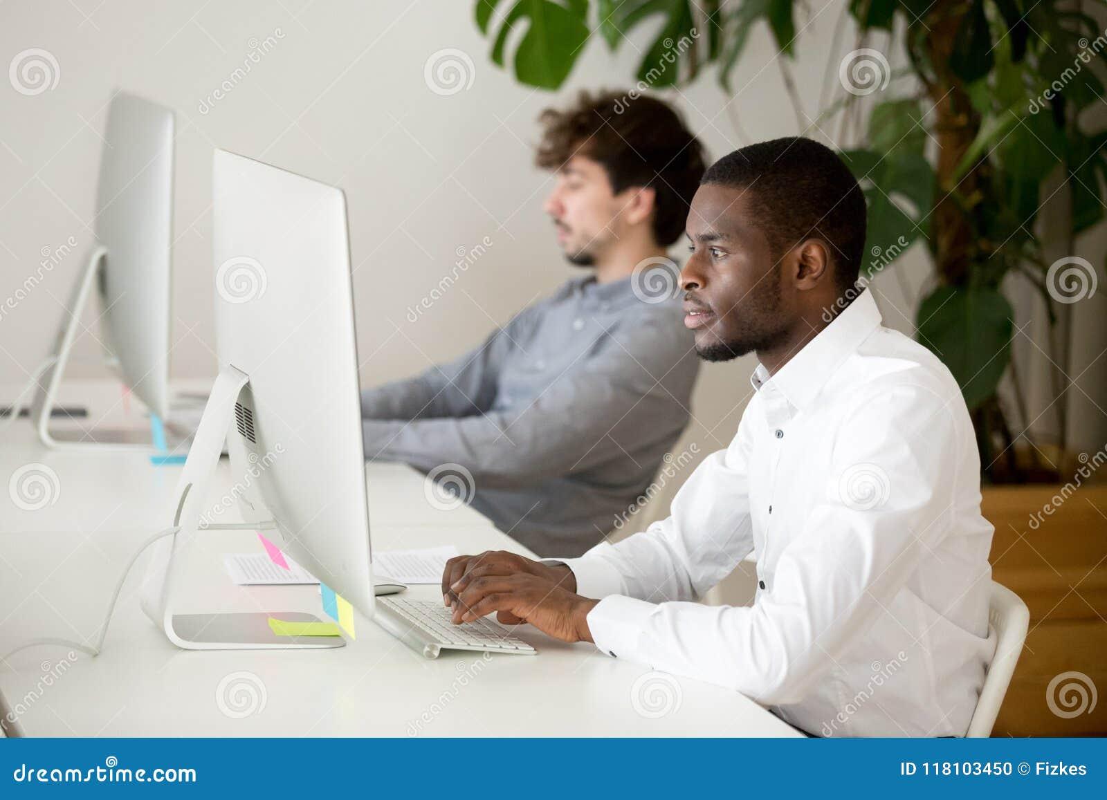 Ernstige Afrikaanse Amerikaanse werknemer bezige het schrijven zaken e-mail