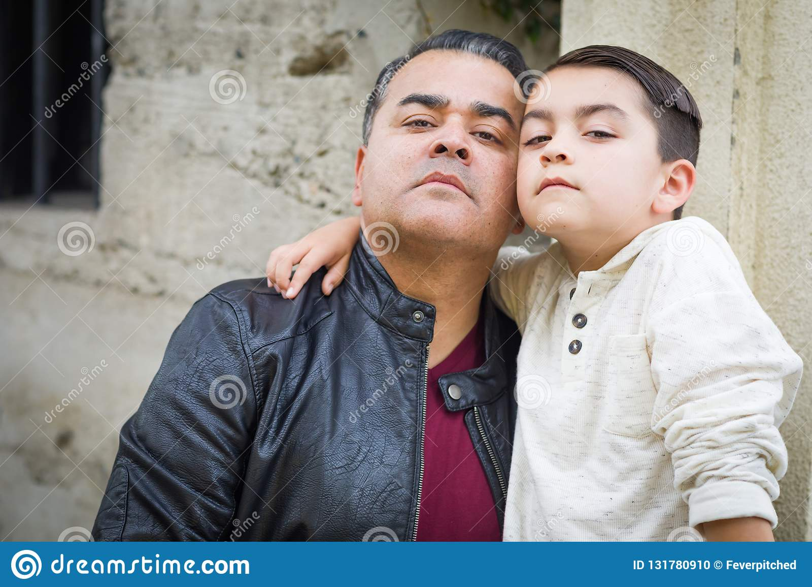 Ernstige Gemengde Ras Spaanse en Kaukasische Zoon en Vader