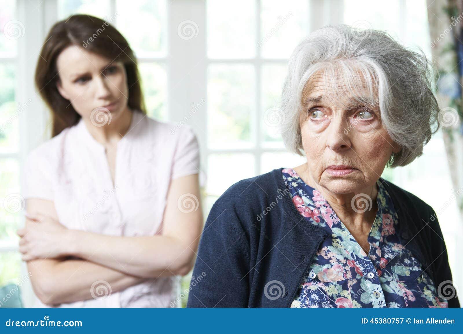 Ernstige Hogere Vrouw met Volwassen Dochter thuis