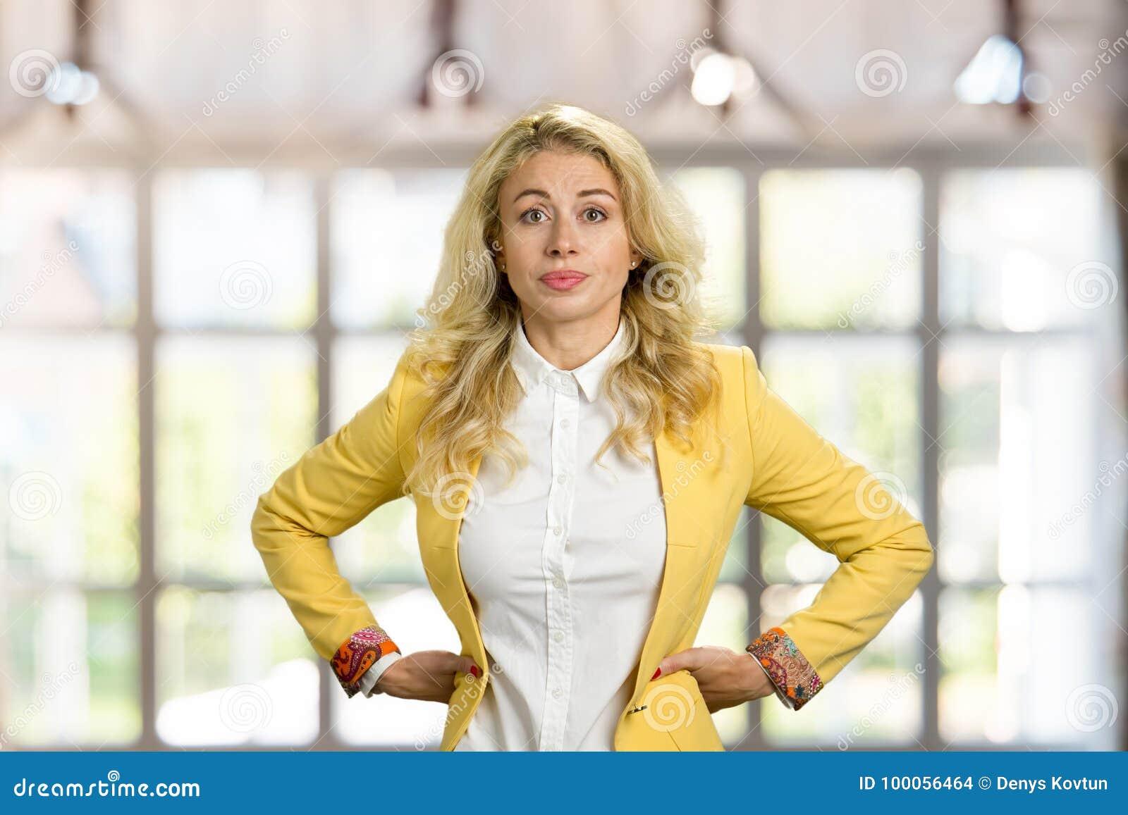 Ernstige jonge bedrijfsvrouw, handen op heupen