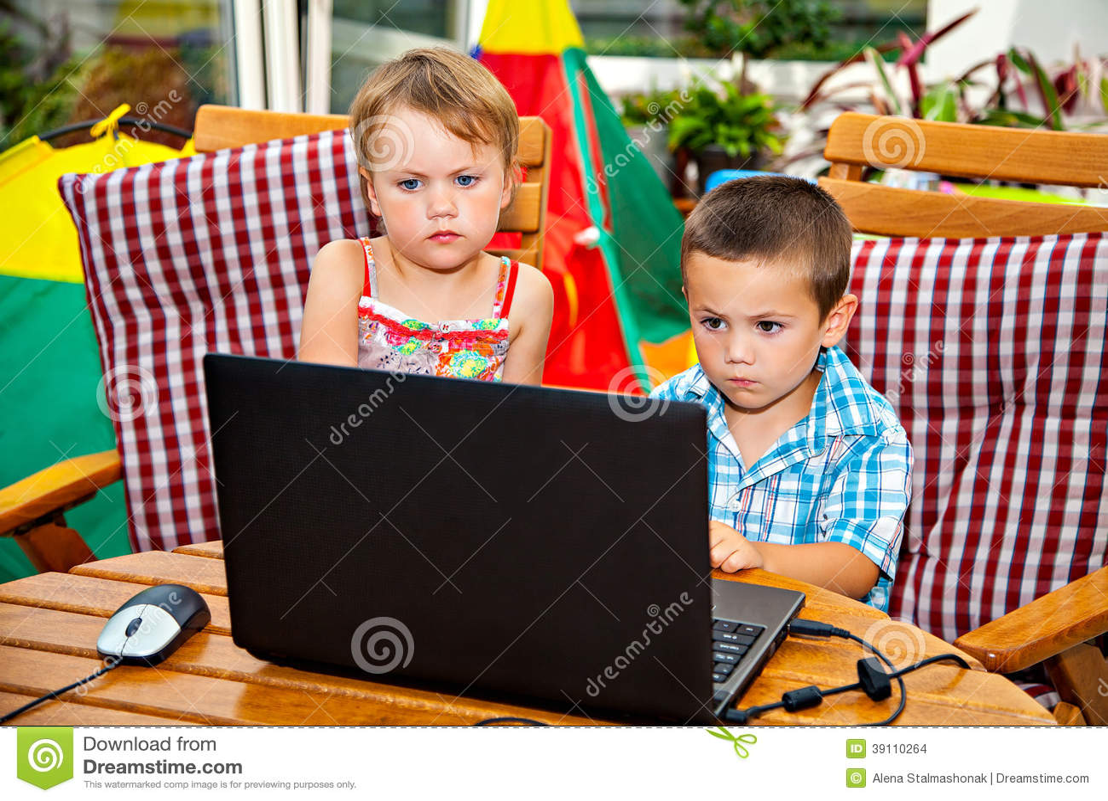 Ernstige kinderen met laptop