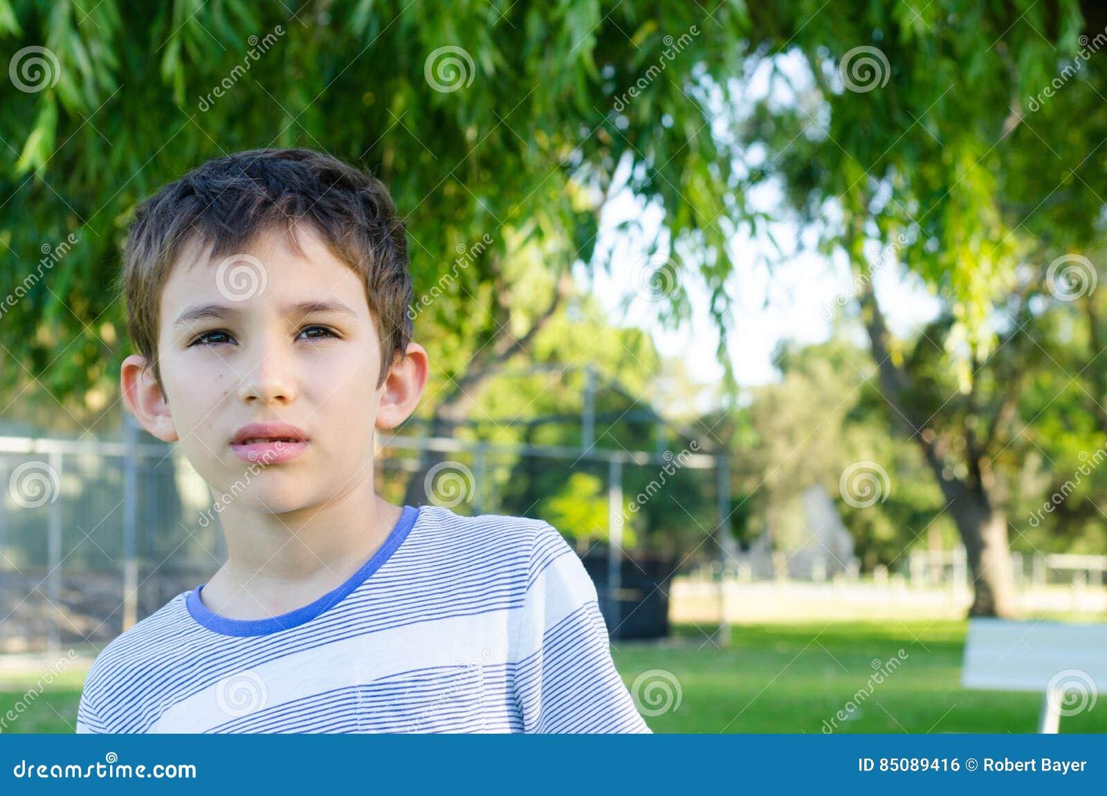 Ernstige nadenkend van de portret jonge jongen stock foto afbeelding 85089416 - Opslagkast ruimte van de jongen ...