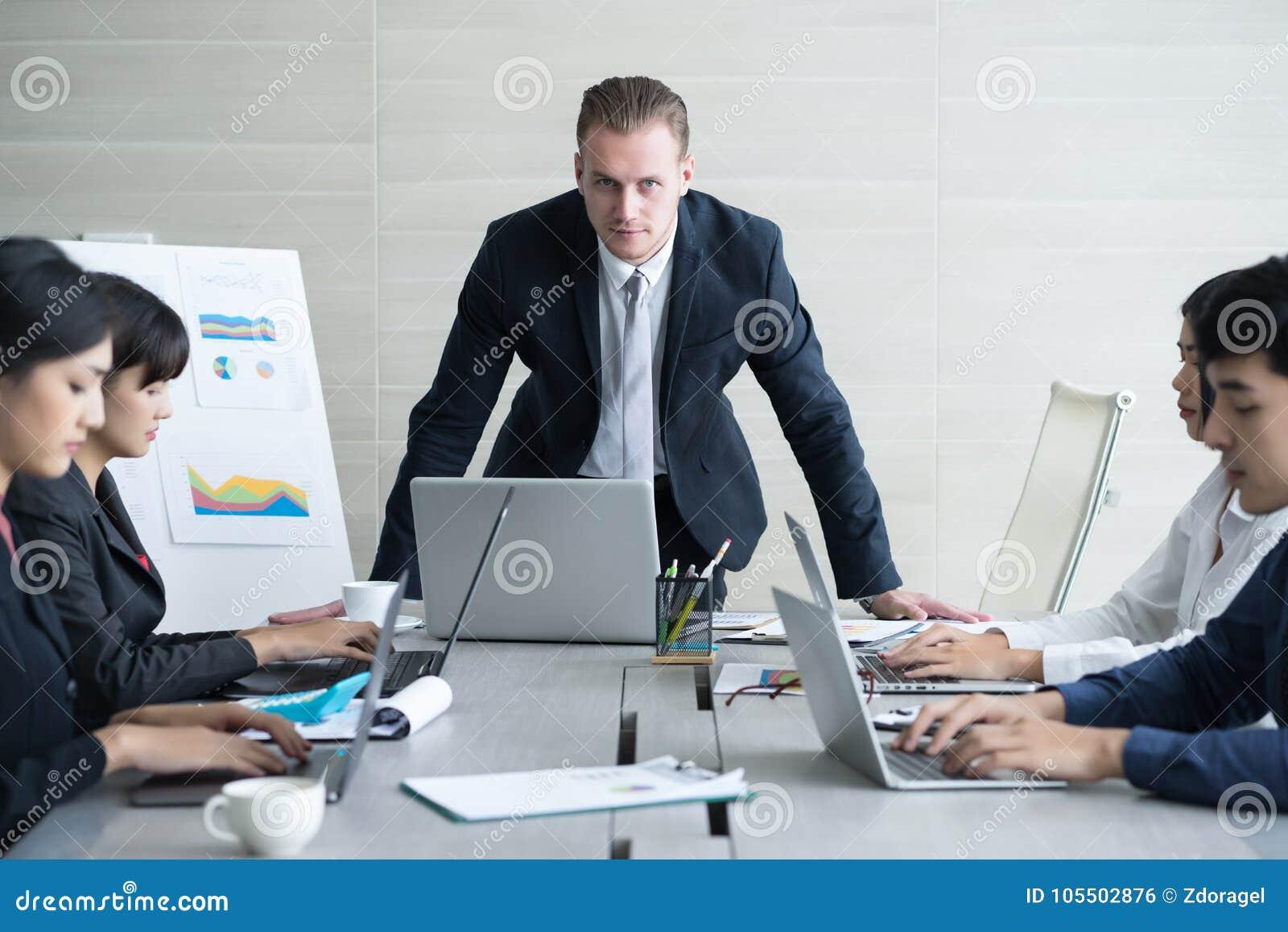 Ernstige werkgever die het werk bespreken met zijn collega s Hete bespreking