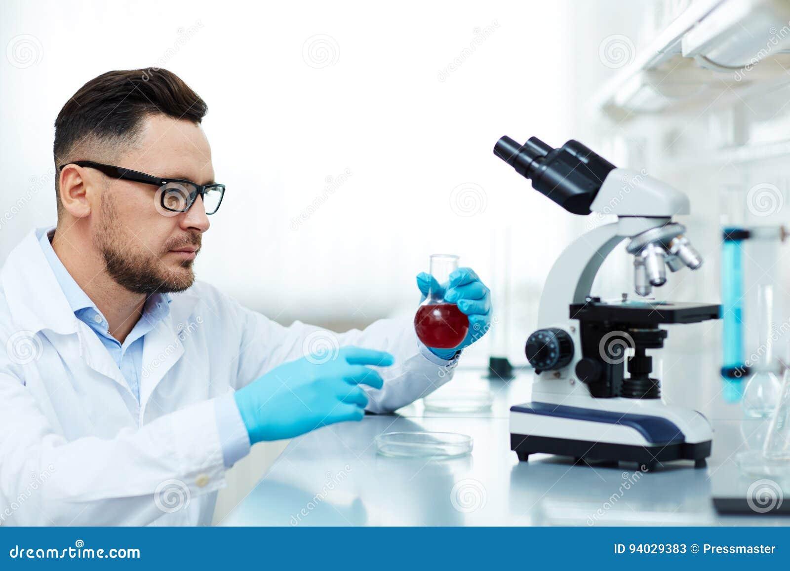Ernstige Wetenschapper Performing Medical Research in Laboratorium