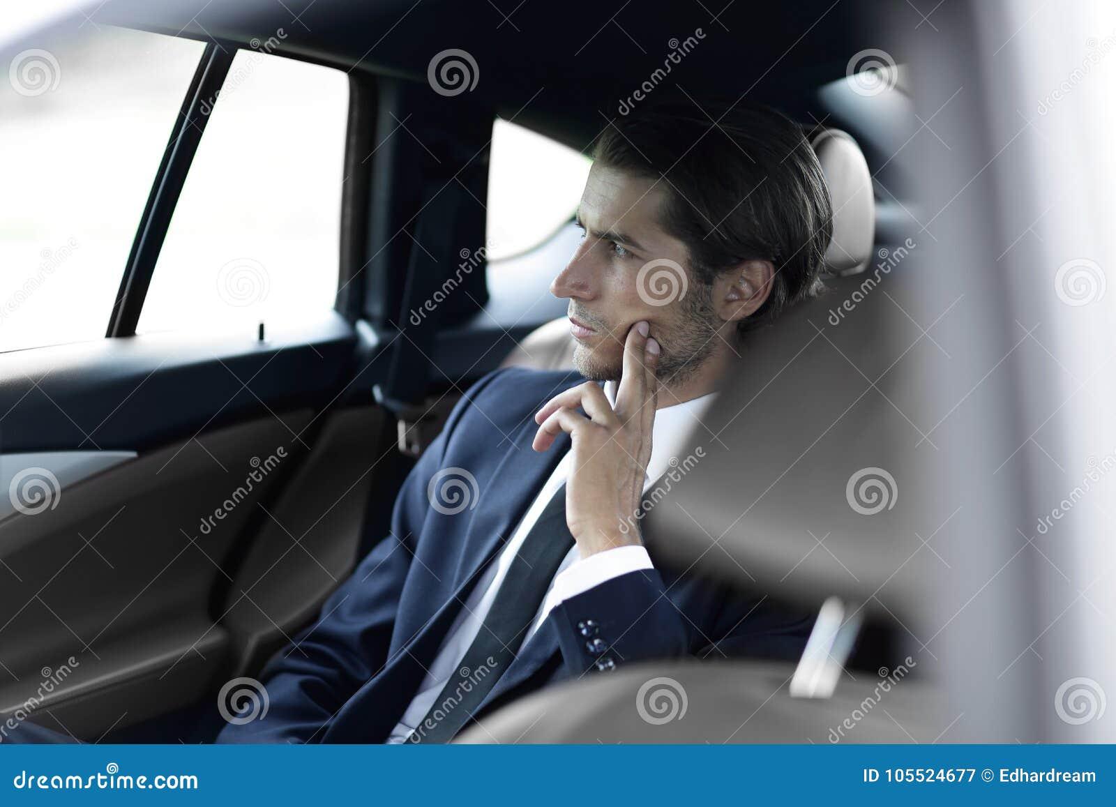 Ernstige zakenmanzitting in auto