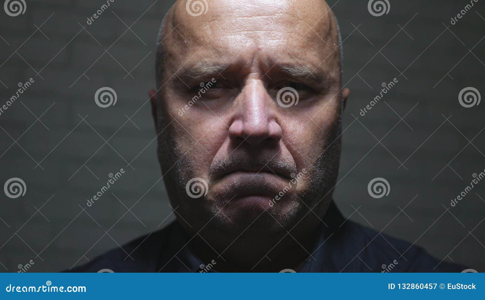 Ernstige Zekere en Verstoorde Zakenman Looking Serious aan Camera