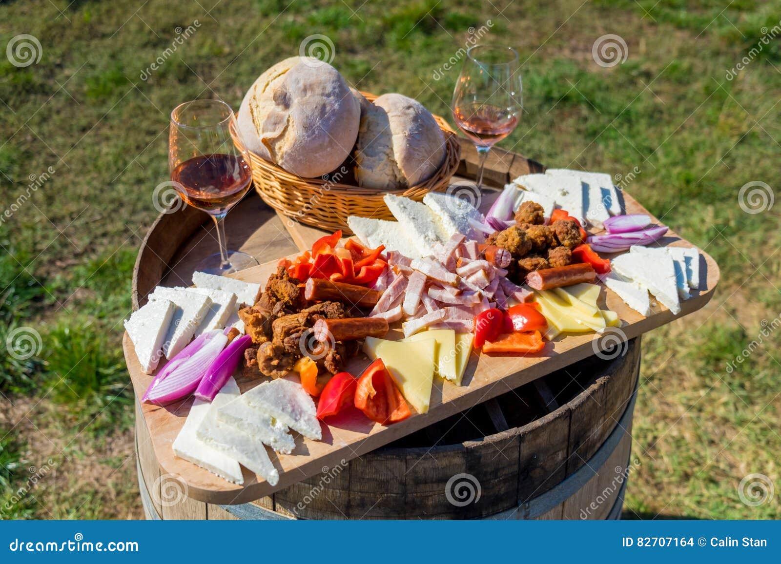 Ernten der traditionellen rumänischen Lebensmittelplatte der Jahreszeit mit Käse, b