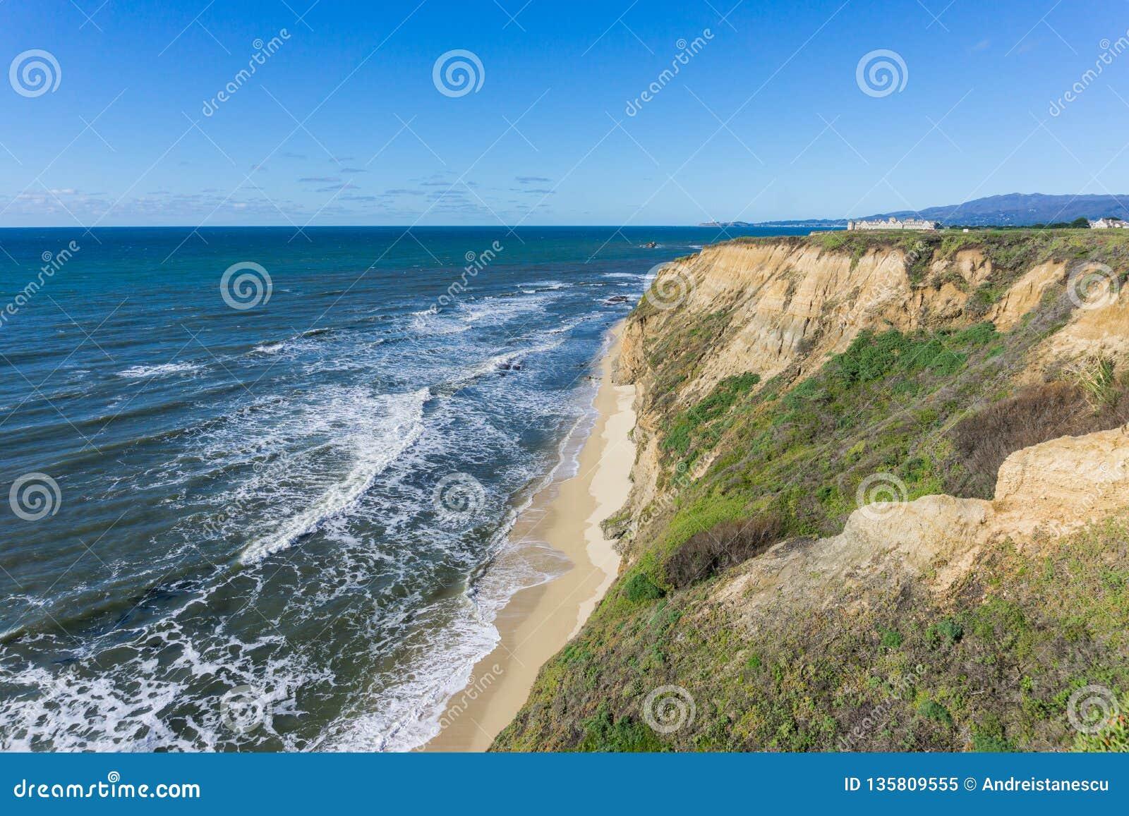 Eroderad klippor och sandig strand, Stilla havet, Half Moon Bay, Kalifornien