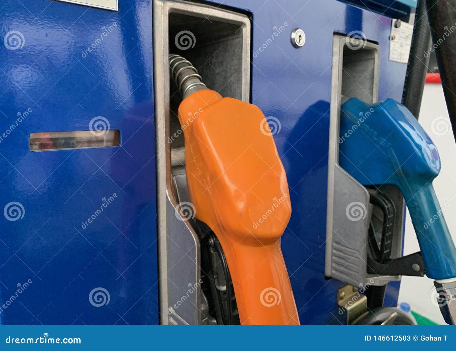 Erogatore dell olio che riempie l olio nella stazione dell olio, arancio e blu