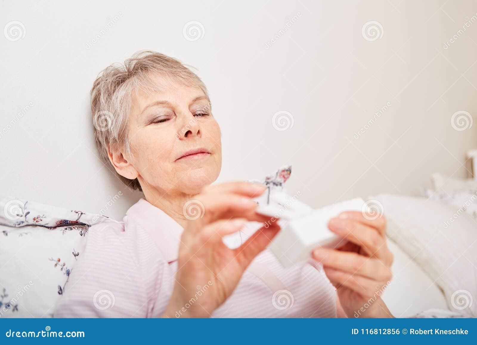 Erogatore malato della pillola della tenuta dell anziano