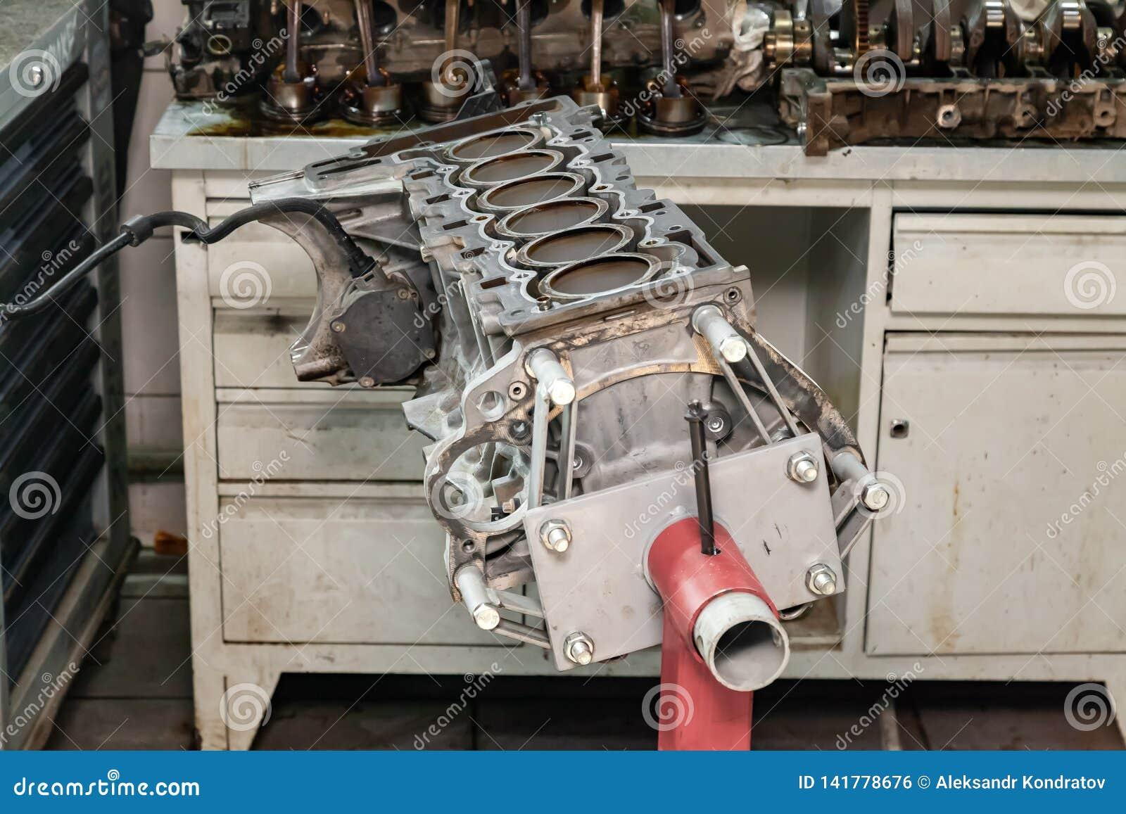 Ersatz sechs cilinder Maschine benutzt auf einem roten Kran angebracht für Installation an einem Auto nach einem Zusammenbruch un