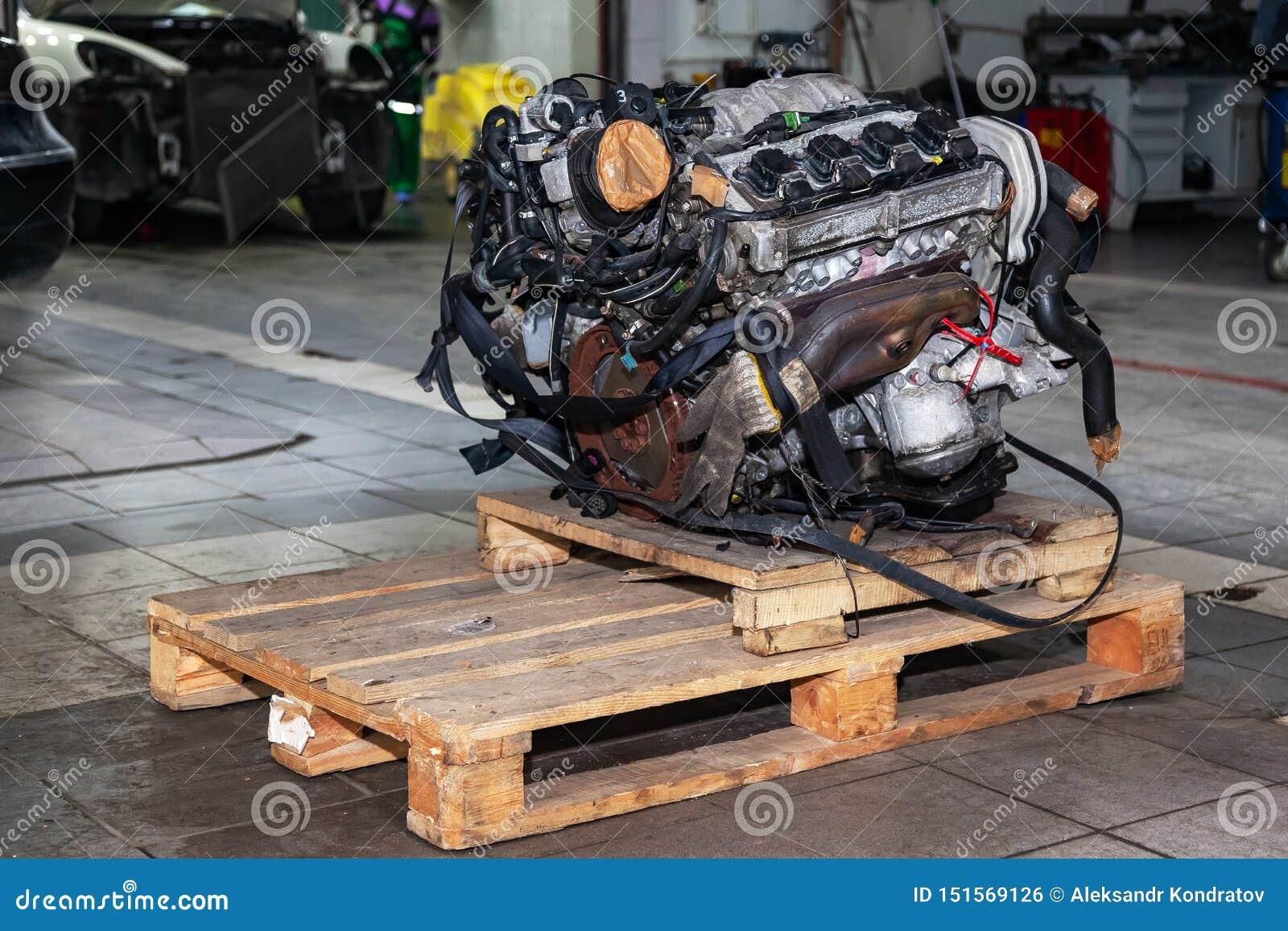 Ersatzmaschine benutzt auf einer Palette angebracht für Installation an einem Auto nach einem Zusammenbruch und einer Reparatur i