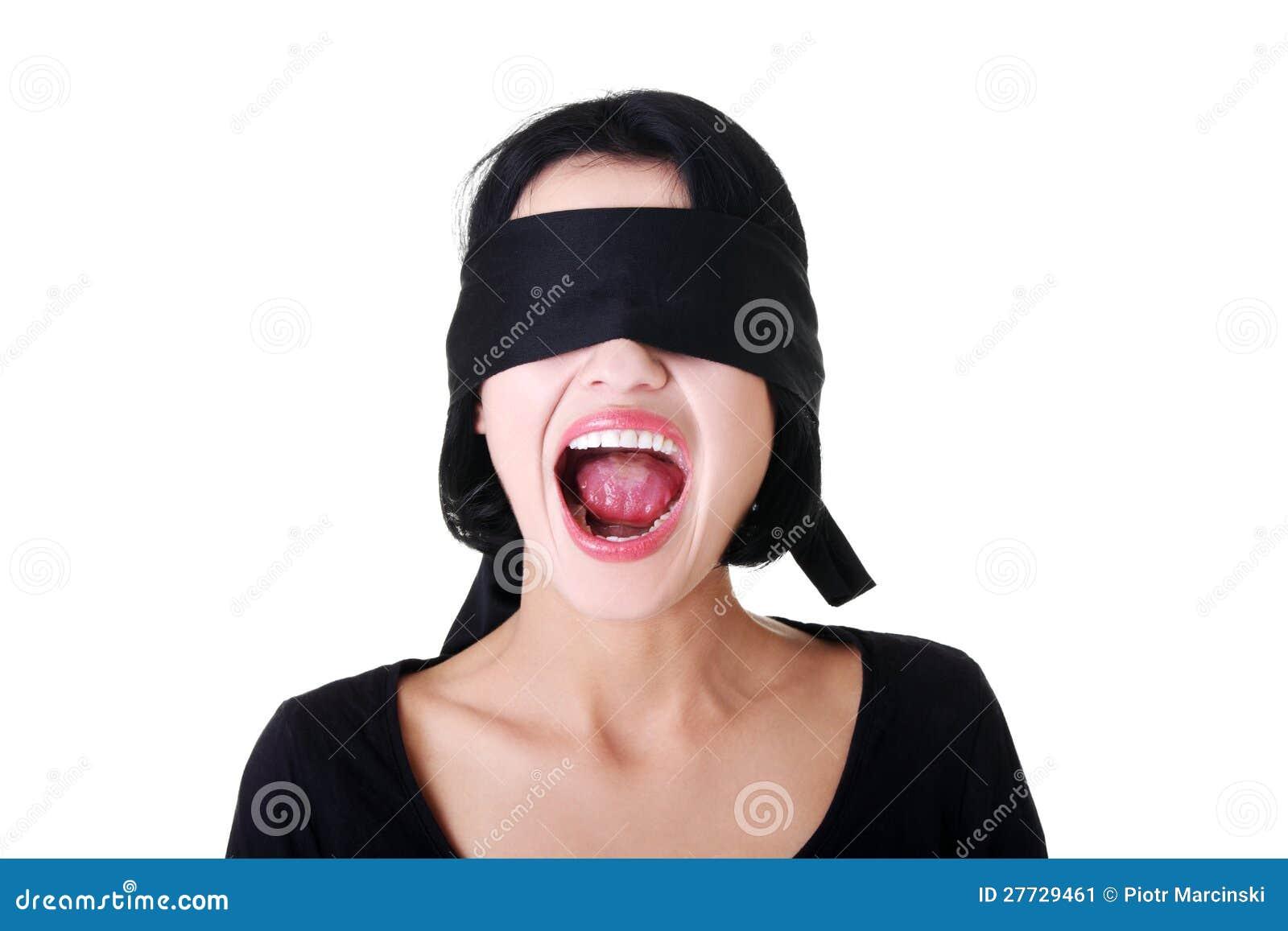 Erschrecken Sie die junge mit verbundenen Augen schreiende Frau
