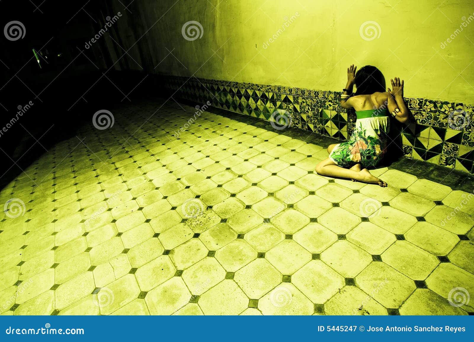 Erschrockene Frau auf Wand